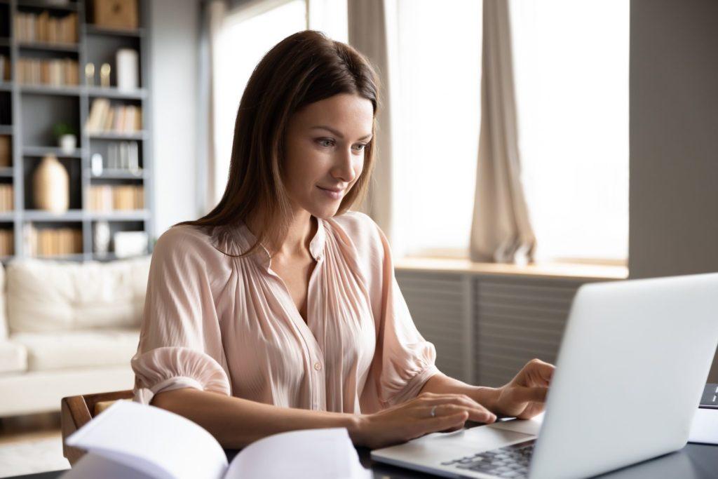 Jak odbierać firmowy telefon stacjonarny w domu? Praktyczny poradnik sprawnego home office